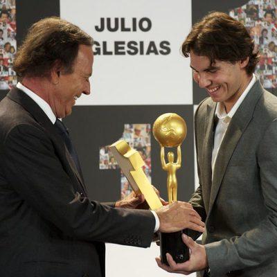 Rafa Nadal entrega a Julio Iglesias dos premios por su exitosa carrera musical
