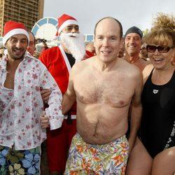 Alberto de Mónaco con un bañador de flores en la carrera navideña del Principado