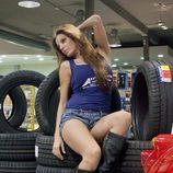 Sonia Monroy posa para un calendario de un taller automovilístico