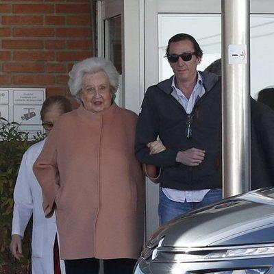 La Infanta Pilar con su hijo Fernando Gómez-Acebo tras recibir el alta