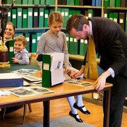 Estela de Suecia recibe lecciones en el Palacio Real de Estocolmo junto a Victoria de Suecia y Oscar de Suecia