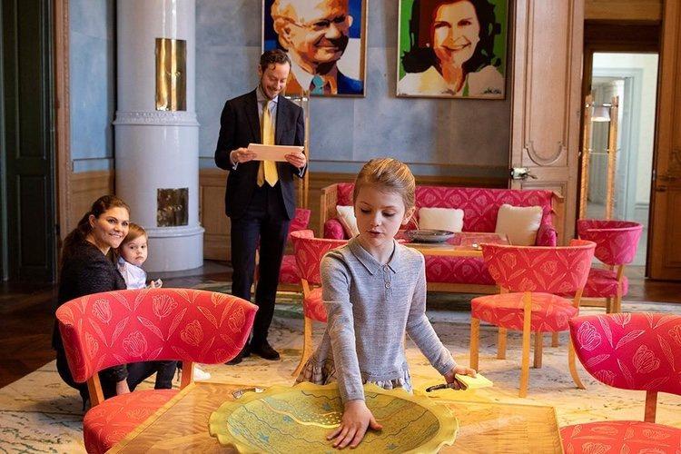 Victoria, Estela y Oscar de Suecia en la sala del Jubileo de Carlos Gustavo de Suecia del Palacio Real de Estocolmo