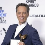 Richard E. Grant con su galardón en los Spirit Awards 2019