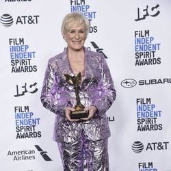 Glenn Close con su galardón en los Spirit Awards 2019