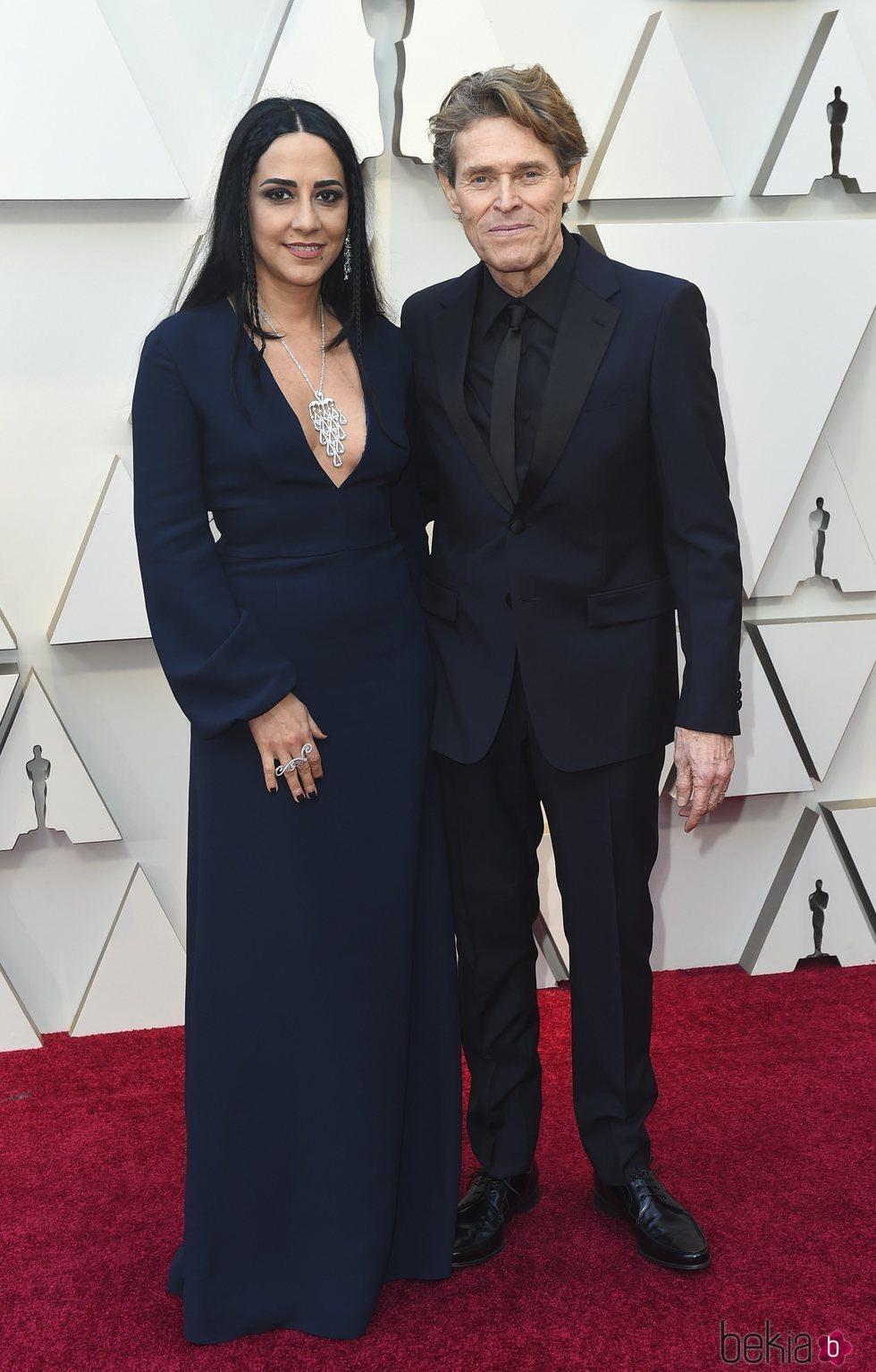 Willem Dafoe y Giada Colagrande en la alfombra roja de los Premios Oscar 2019