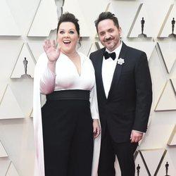 Melissa McCarthy y su marido Ben Falcone en la alfombra roja de los Premios Oscar 2019