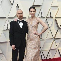 Sam Rockwell y su pareja Leslie Bibb en la alfombra roja de los Premios Oscar 2019