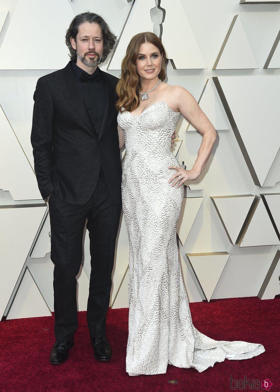 Amy Adams y Darren Le Gallo en la alfombra roja de los Premios Oscar 2019