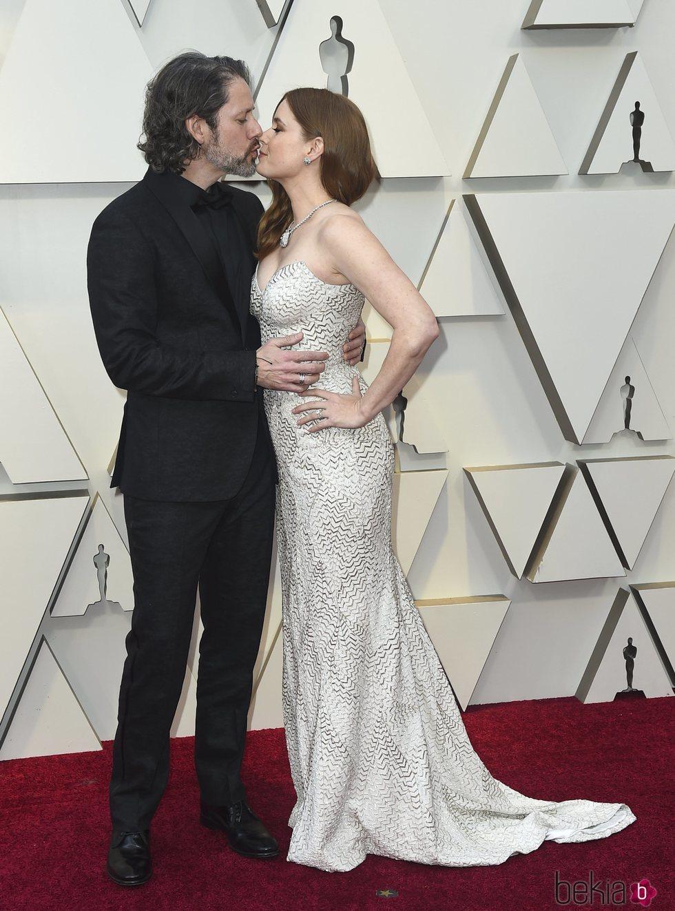 Amy Adams y Darren Le Gallo besándose en la alfombra roja de los Premios Oscar 2019