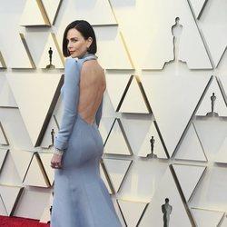 Charlize Theron enseñando su vestido en la alfombra roja de los Premios Oscar 2019