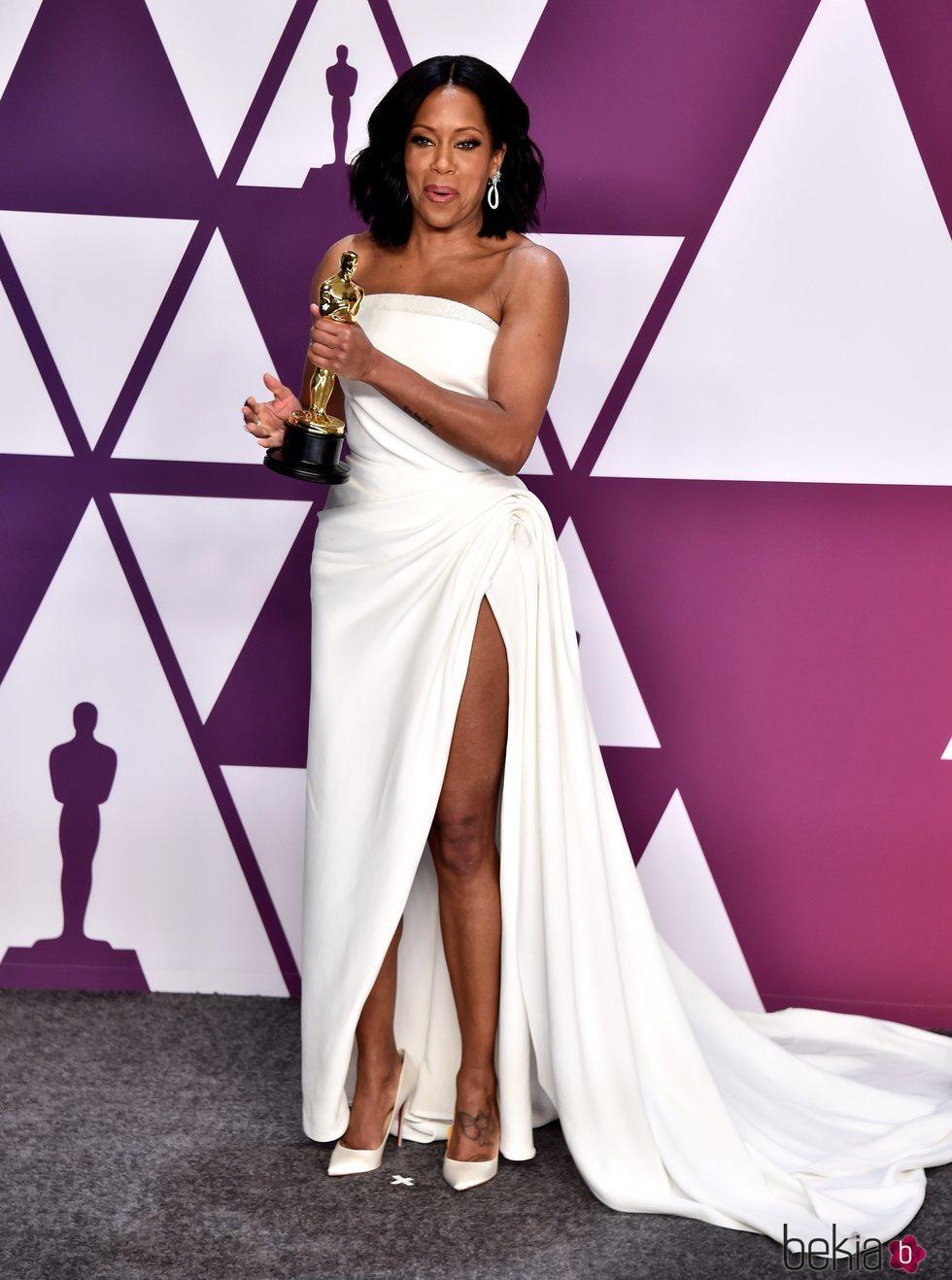 Regina King posando con el Oscar 2019 a Mejor actriz de reparto