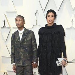 Pharrell Williams y Helen Lasichanh en la alfombra roja de los Premios Oscar 2019