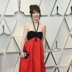 Zooey Deschanel en la alfombra roja de los Premios Oscar 2019