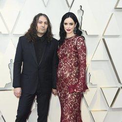 Krysten Ritter y Adam Granduciel en la alfombra roja de los Premios Oscar 2019