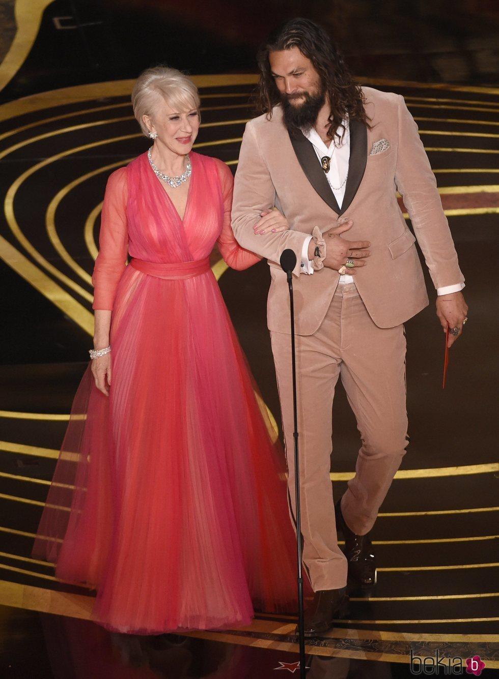 Helen Mirren y Jason Momoa durante la gala de los Premios Oscar 2019