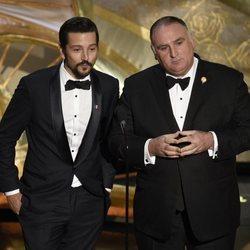 Diego Luna y José Andrés durante la gala de los Premios Oscar 2019