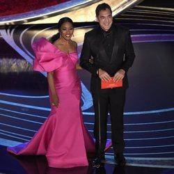 Angela Bassett y Javier Bardem entregando un premio en la gala de los Oscar 2019