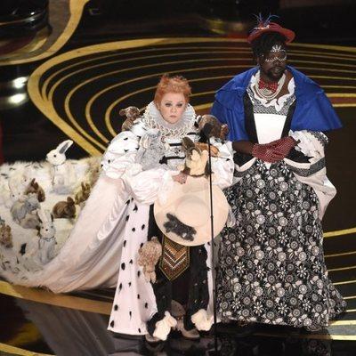 Melissa McCarthy y Brian Tyree Henry entregando un premio en los Oscar 2019