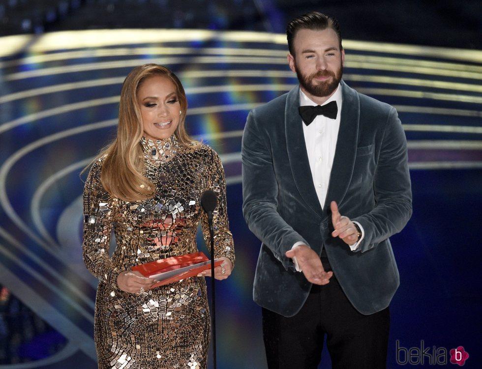 Jennifer Lopez y Chris Evans presentando un galardón en los Premios Oscar 2019