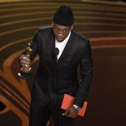 Mahershala Ali recogiendo el Oscar 2019 a Mejor actor de reparto