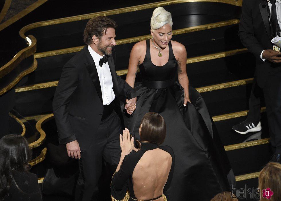 Lady Gaga y Bradley Cooper saliendo del escenario de los Oscar 2019
