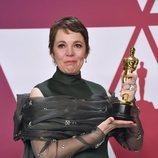 Olivia Colman posando con el premio a Mejor actriz de los Oscar 2019