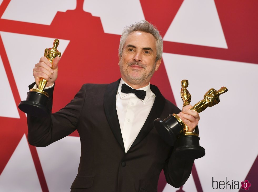 Alfonso Cuarón posando con sus tres estatuillas en los Premios Oscar 2019