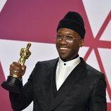 Mahershala Ali posando con el Oscar 2019 a Mejor actor de reparto