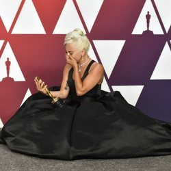 Lady Gaga posando con el Oscar 2019 a Mejor canción por 'Shallow'