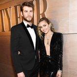 Miley Curys y Lima Hemsworth disfrutando de loa fiesta de Vanity Fair en los Premios Oscar 2019