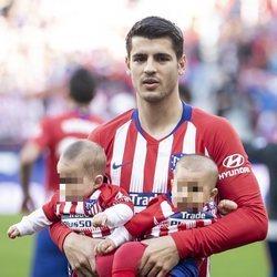 Álvaro Morata con sus hijos Alessandro y Leonardo antes de jugar un partido con el Atlético de Madrid