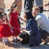El Príncipe Harry y Meghan Markle con dos niñas en Marruecos