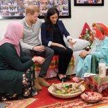 El Príncipe Harry y Meghan Markle con dos niñas durante su visita a un hogar de 'Education for All' en Marruecos