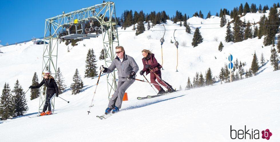 Guillermo Alejandro, Máxima y Amalia de Holanda esquiando en Lech