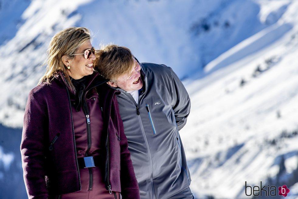 Guillermo Alejandro y Máxima de Holanda ríen divertidos en su posado de invierno en Lech