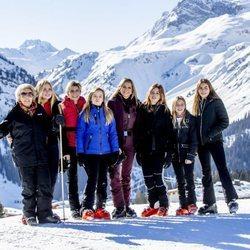 Beatriz de Holanda con sus nueras Máxima y Laurentien y sus nietas Amalia, Alexia, Ariane, Eloísa y Leonor en Lech