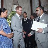 El Príncipe Harry y Meghan Markle saludan a Mohamed VI durante su visita oficial a Marruecos