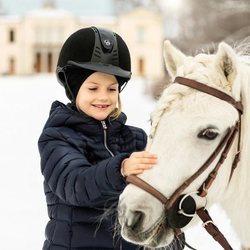 La Princesa Estela de Suecia jugando con un caballo