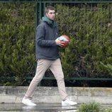 Juan Urdangarin con un balón de baloncesto