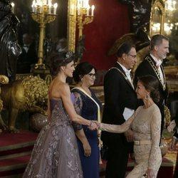 Isabel Preysler hace la reverencia a la Reina Letizia en la cena de gala al Presidente de Perú