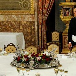 La soledad de Pedro Sánchez en la cena de gala al Presidente del Perú en el Palacio Real