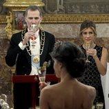 El Rey Felipe y Begoña Gómez bebiendo frente a la Reina Letizia en la cena de gala al Presidente de Perú