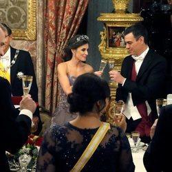 La Reina Letizia brindando con Pedro Sánchez en la cena de gala al Presidente de Perú