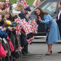 Kate Middleton saluda sonriente a los irlandeses