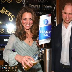Los Duques de Cambridge tirando cerveza en Belfast