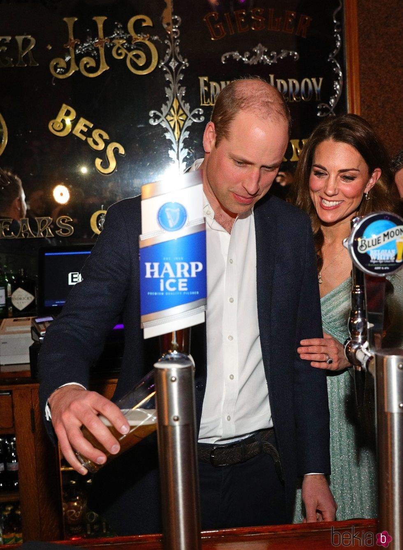 El Príncipe Guillermo y Kate Middleton tirando cerveza