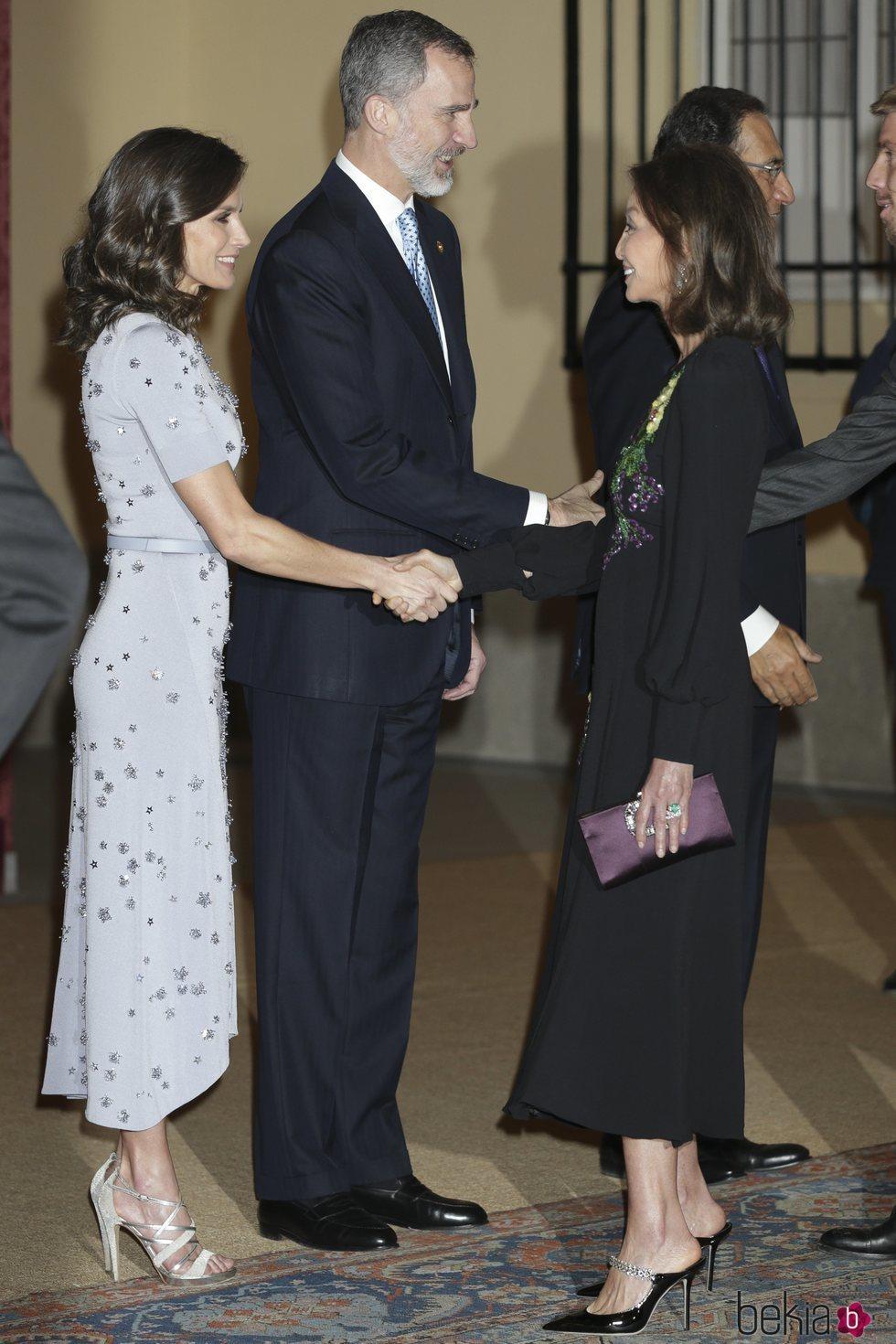 Isabel Preysler saluda a la Reina Letizia en la cena por la Visita de Estado del Presidente de Perú, Martín Vizcarra