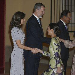 Alessandra de Osma hace la reverencia a la Reina Letizia en la cena por la Visita de Estado del Presidente de Perú, Martín Vizcarra