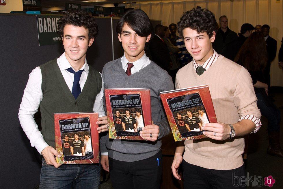 Los Jonas Brothers en la presentación de su libro