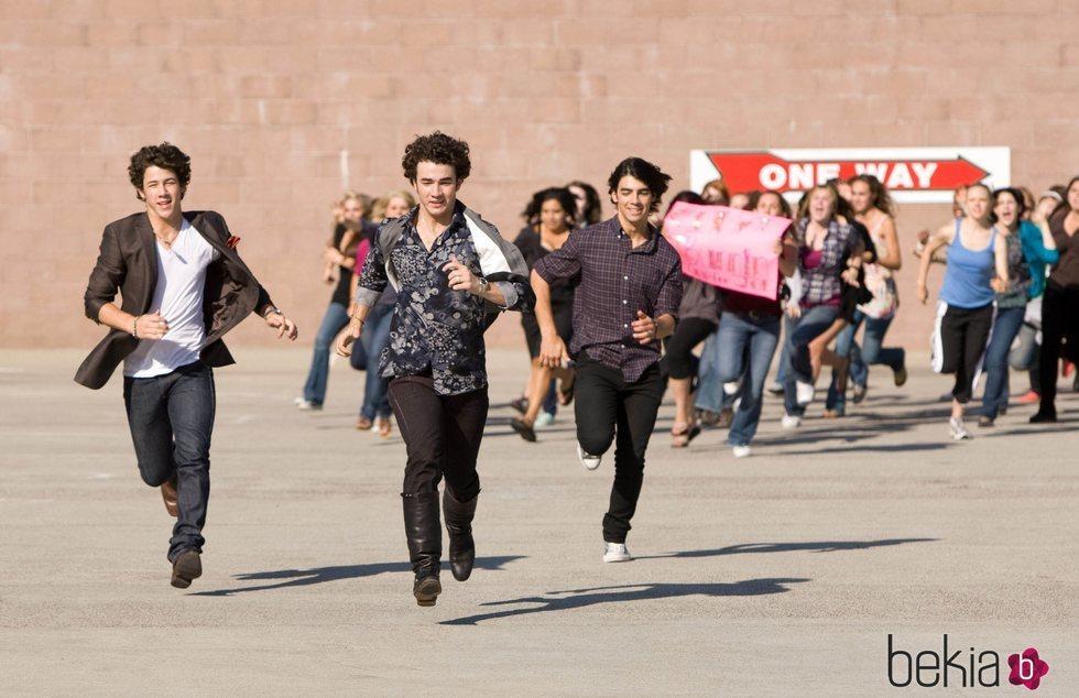Los Jonas Brothers escapando de sus fans